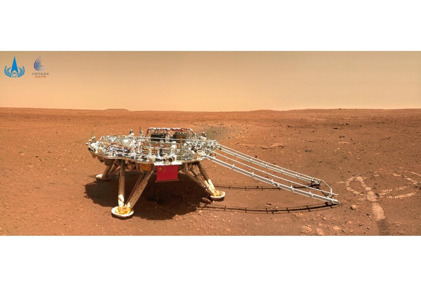 Robot Zhurong en Marte porta la bandera de China