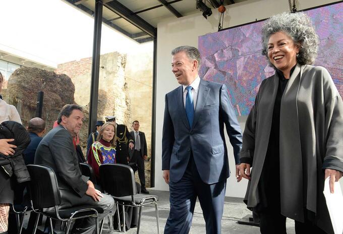 Juan Manuel Santos y la artista Doris Salcedo