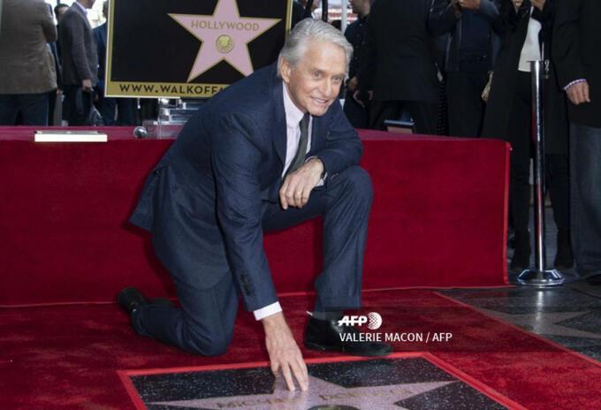 Michael Douglas al recibir la estrella en el Paseo de la Fama de Hollywood