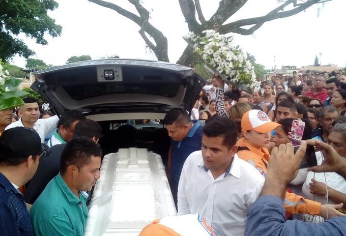 Miles de ibaguereños se concentraron en el cementerio La Milagrosa.