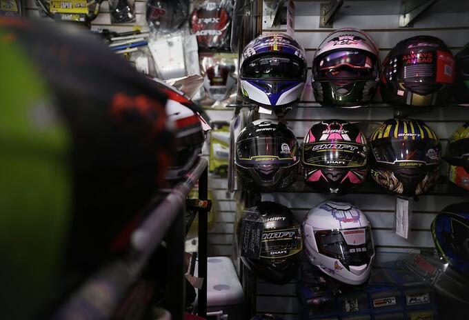 Estantería con cascos de motociclista