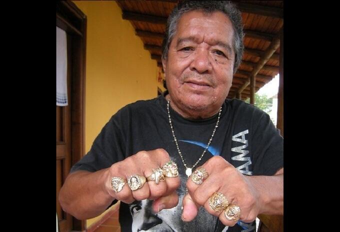Pastor López muestra sus anillos