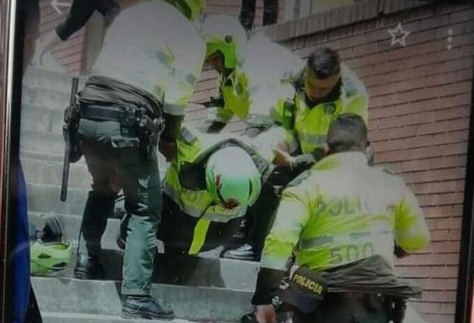 Momento en que es atendido un policía atacado en el sur de Bogotá
