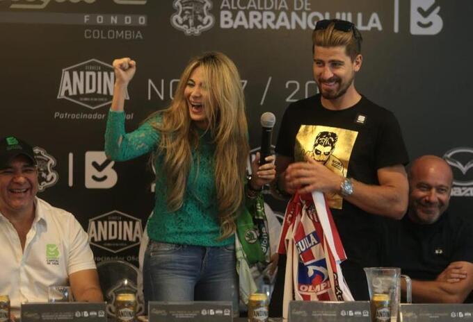 Peter Sagan recibe la camiseta del Junior de manos de Ana María Aljure, alcaldesa encargada.
