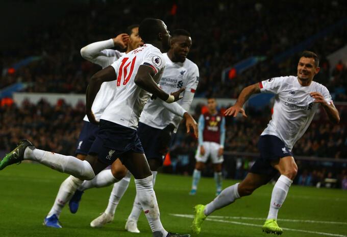 Jugadores de Liverpool celebran gol en Premier League