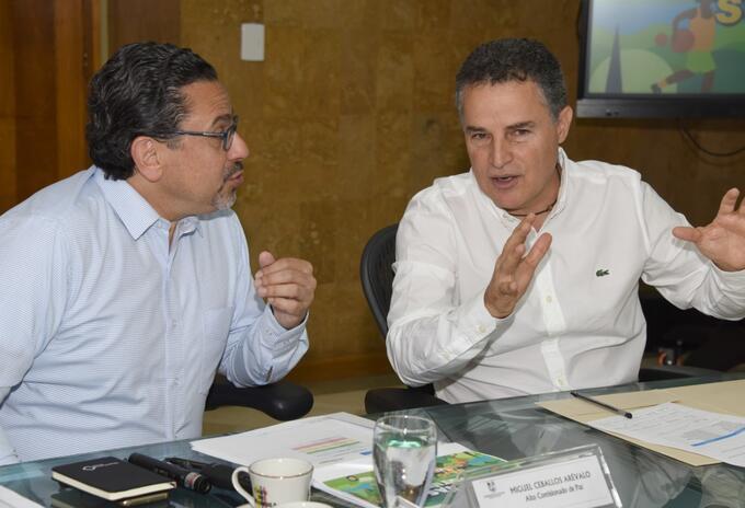El alto comisionado para la Paz y el gobernador de Antioquia.