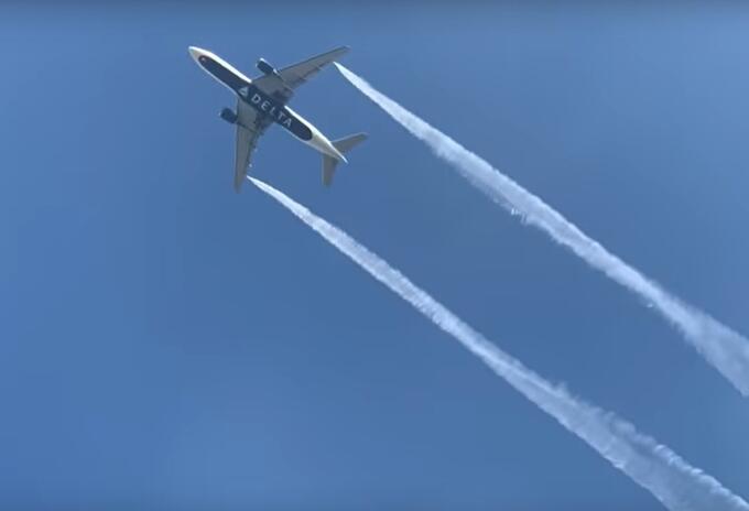 Avión libera combustible sobre escuela