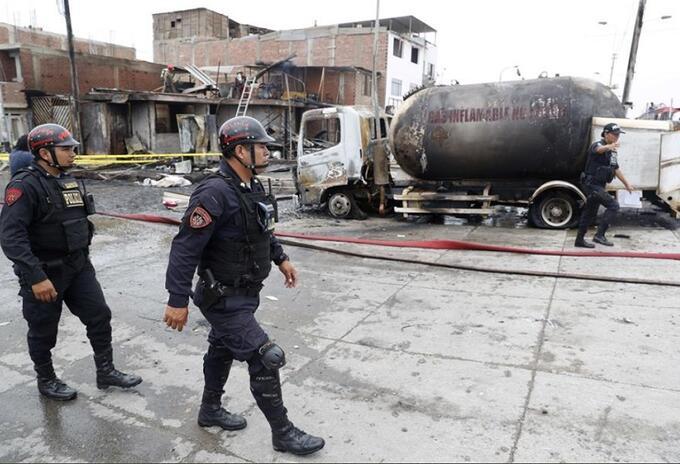 Explota camión con gas en Perú