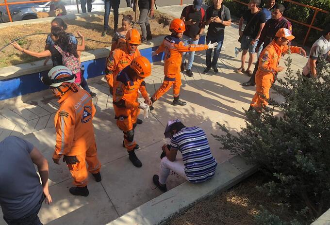 Defensa Civil atiende a uno de los lesionados.