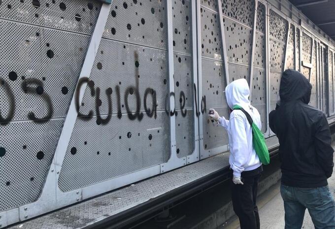Un grupo de personas pintaron con graffitis las estaciones del Metroplús en Medellín