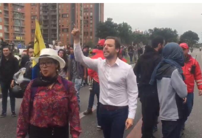 Luis Ernesto Gómez se enfrenta a manifestantes