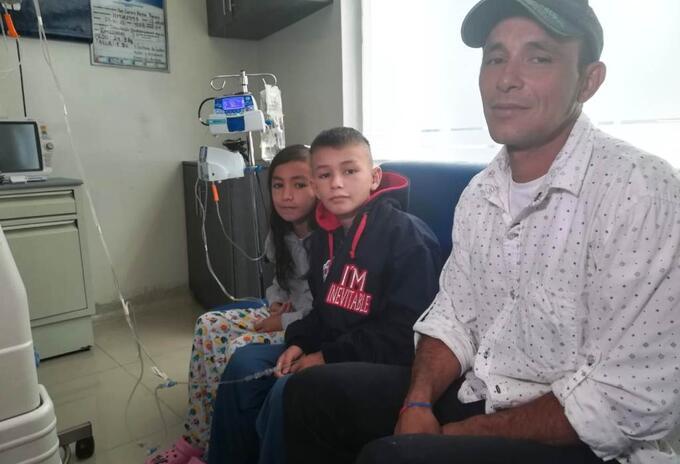 El señor Alex Parra junto a sus hijo sen recuperación en una clínica de la ciudad de Pasto