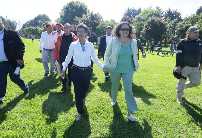 Claudia López junto a Angélica Lozano en el parque Simón Bolívar