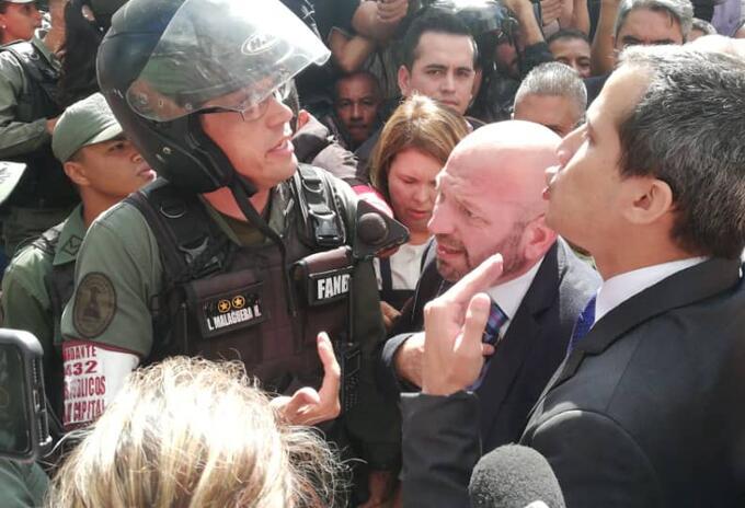 Juan Guaidó en la entrada del Parlamento venezolano