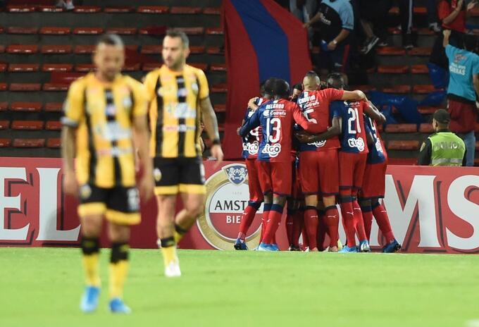 Jugadores del Medellín celebran el gol de Javier Reina mientras los del Táchira se lamentan
