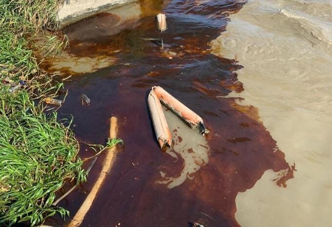Mancha de aceite en el río Magdalena