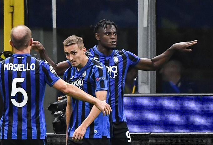 Duvan Zapata celebra gol que marcó para Atalanta