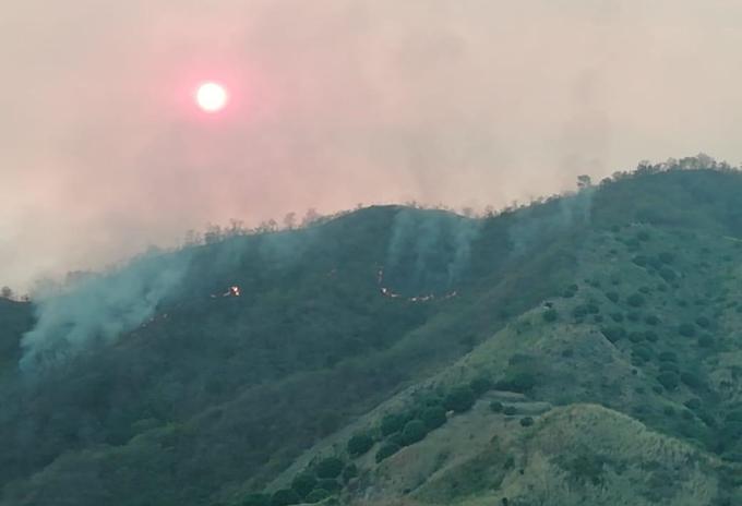 Control de incendio forestal en el macizo montañoso