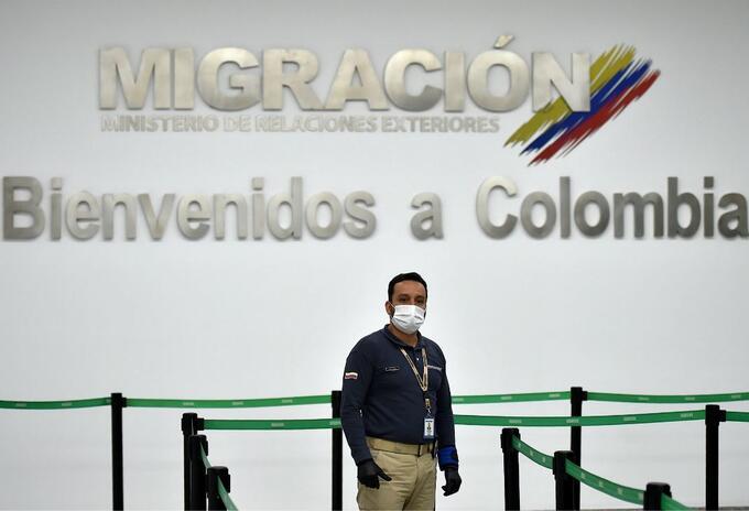 Funcionario de Migración Colombia, en el aeropuerto Eldorado de Bogotá.