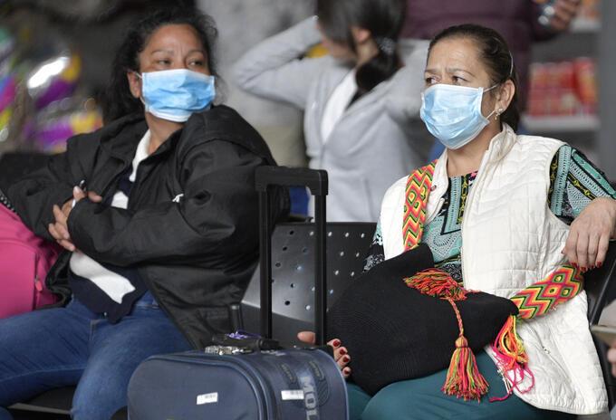 Ciudadanos toman medidas de prevención ante el coronavirus en Colombia.