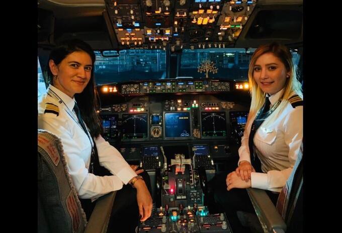La capitán Katherine Martínez y la primera oficial María Camila Giraldo, en vuelo de Wingo.