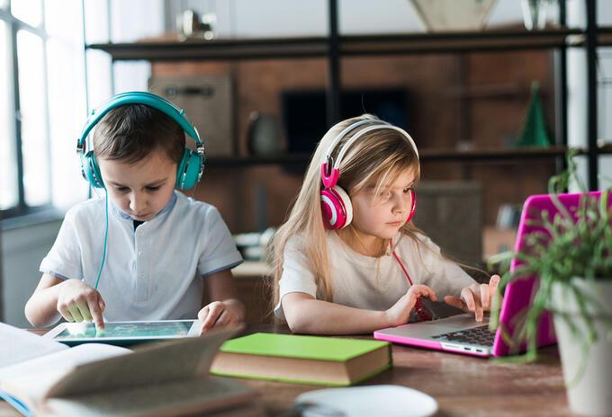 Niños estudiando online