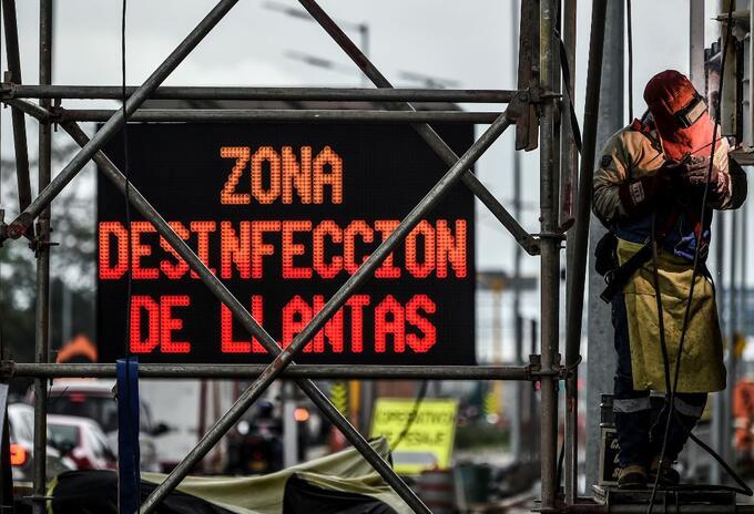 Trabajador en medio del coronavirus en Colombia.