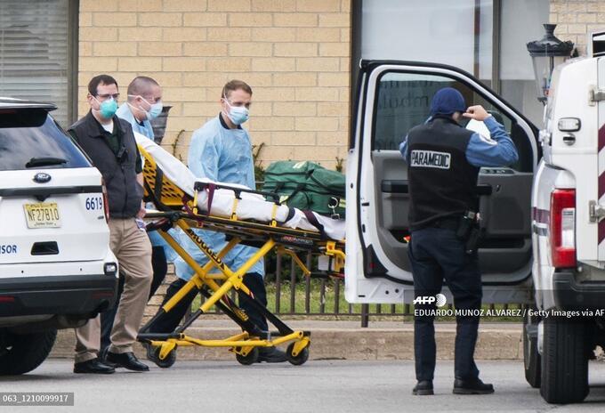 Paramédicos trasladan a un paciente después del hallazgo de 17 cadáveres en un hogar de ancianos, en Nueva Jersey.