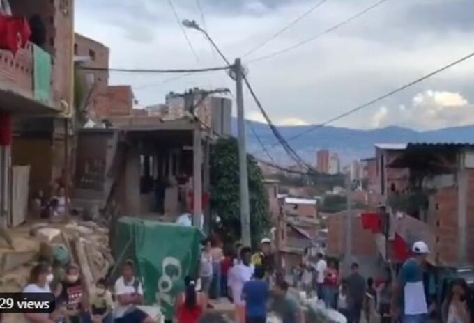 Banderines rojos en las fachadas de casas en la comuna 13 de Medellín.