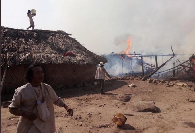 Casas ceremoniales indígenas consumidas por las llamas