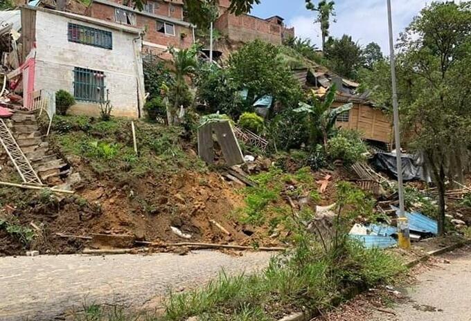 17 familias en Floridablanca y 100 más en Girón deben ser evacuadas para evitar emergencia por el deslizamiento de un talud.