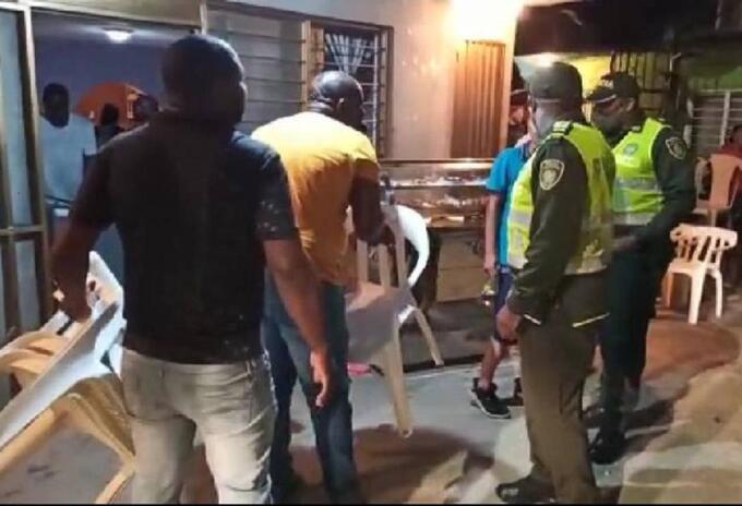 En una de las intervenciones dos agentes de la policía resultaron heridos en la cabeza con objetos contundentes.