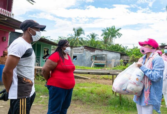Primera Dama de la Nación entrega mercados a familias