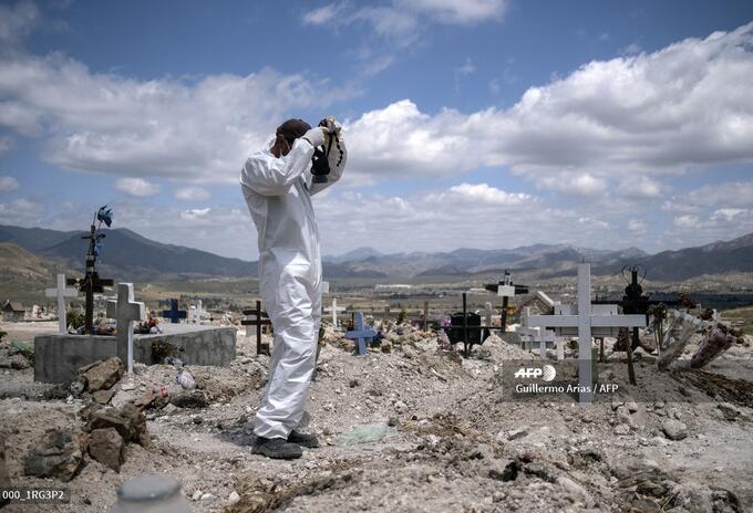 Un trabajador prepara el cementerio de Tijuana, en México