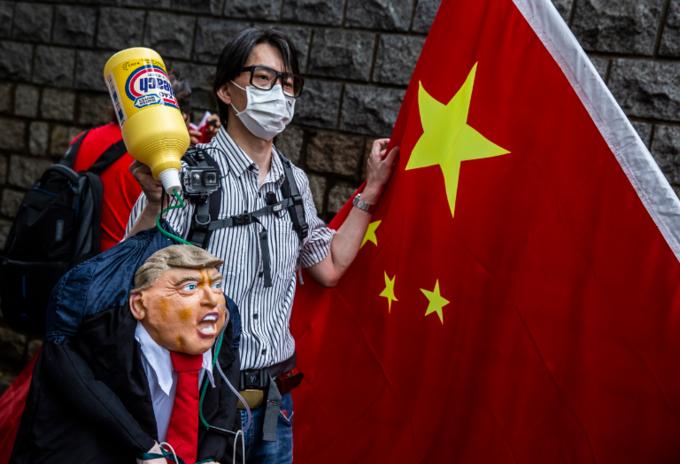 Manifestantes pro-China en Hong Kong