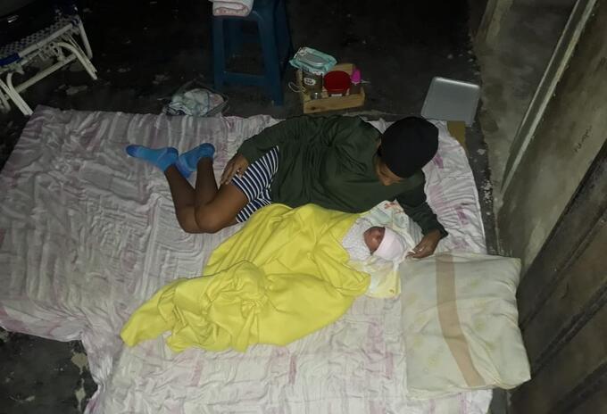 Una mujer y su bebé recién nacido debieron dormir en la calle por la falta de luz y las altas temperaturas