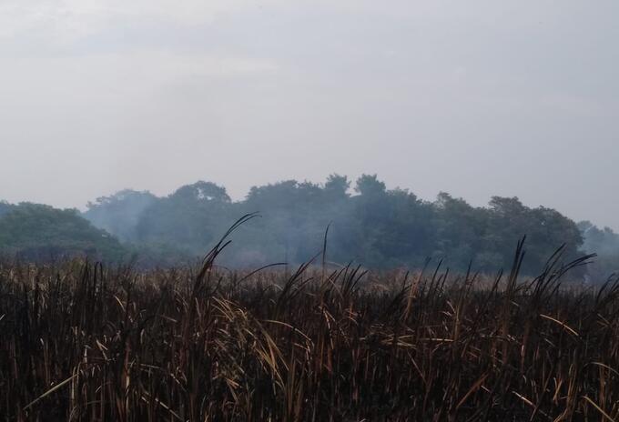 Autoridades esperan la autorización de ayuda del helicóptero para sofocar las llamas