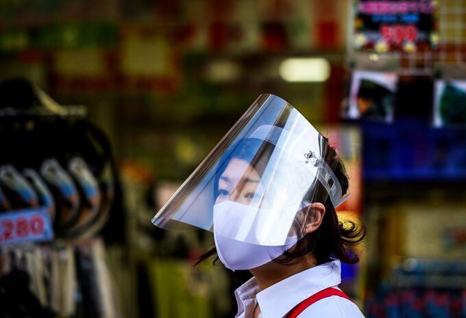 Mujer usa una máscara en Tokio 24 de mayo de 2020