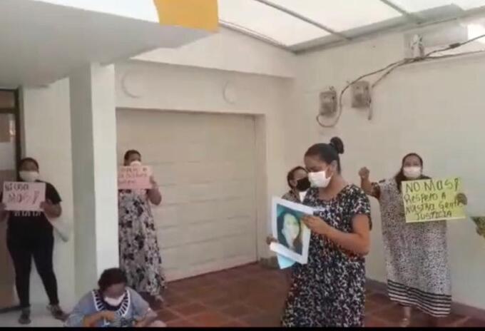 Protesta de los indígenas en la sede de la funeraria en Riohacha