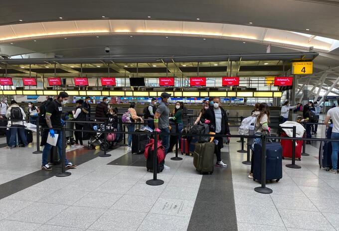 Colombianos repatriados llegan al aeropuerto El Dorado