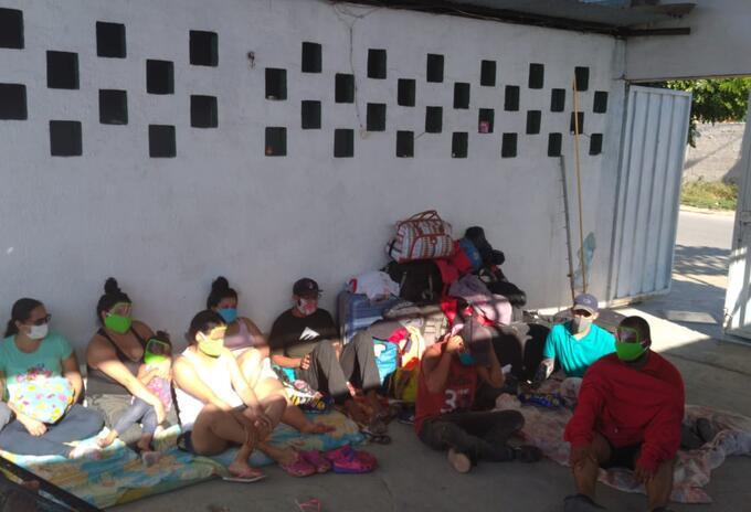 Colombianos varados en Ecuador emprenden la caminata