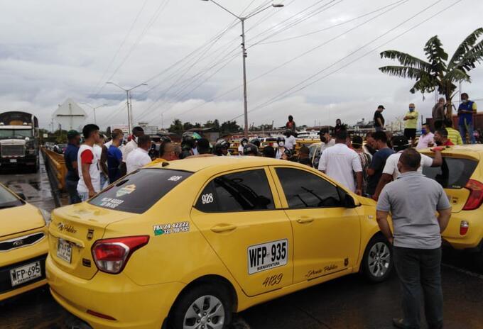 Conductores de taxis bloquean vía en Buenaventura en protesta a decreto