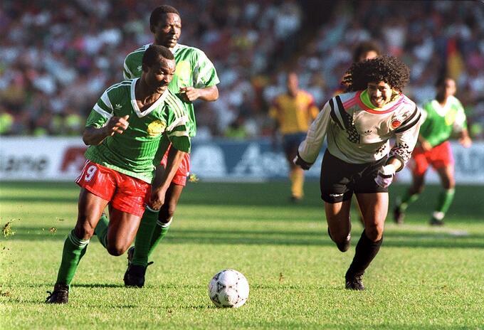 Roger Milla y René Higuita - Mundial Italia 1990