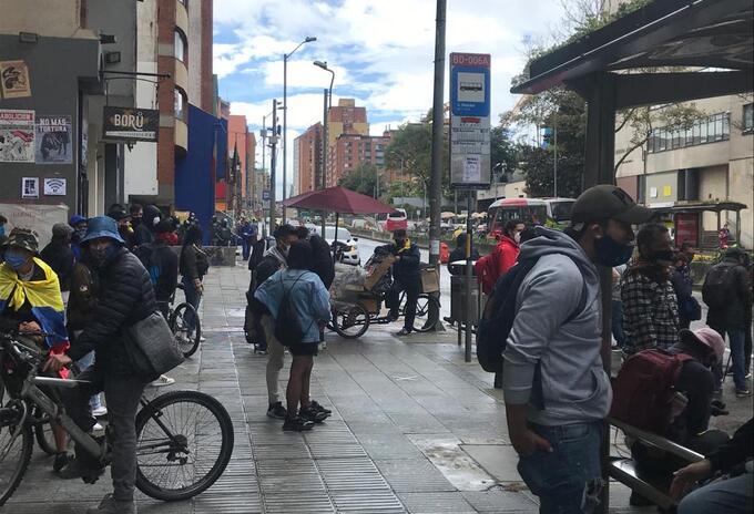 Protesta frente a la Distrital pidiendo gratuidad en el semestre