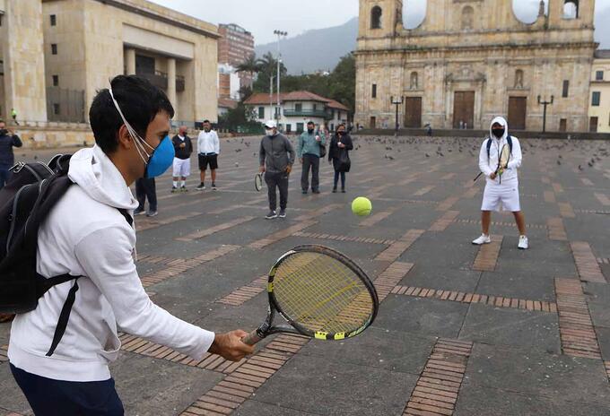 Entrenadores de tenis protestaron en la Plaza de Bolpivar pidiendo que se reactive este deporte.