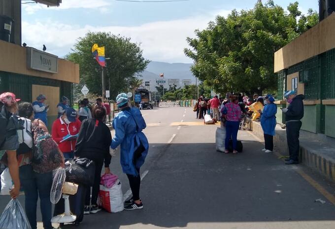 Cientos de venezolanos llegan a diario a las zonas de frontera para regresar a su país