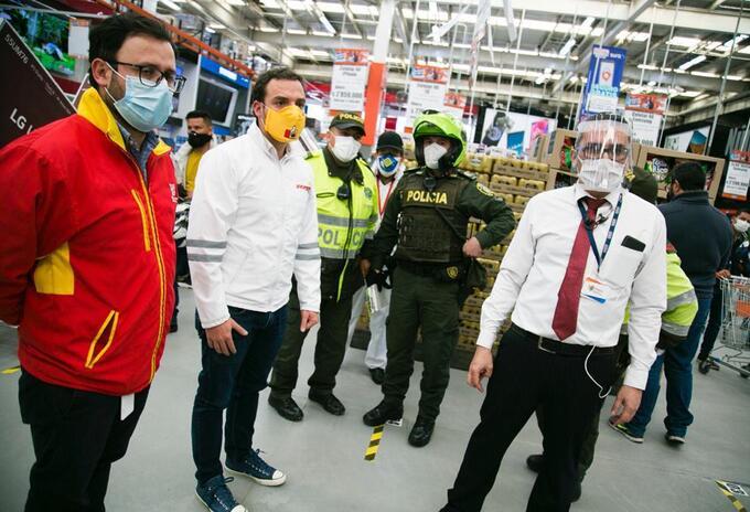 Secretario de Gobierno de Bogotá, Luis Ernesto Gómez (centro), durante operativo de cierre de Alkosto