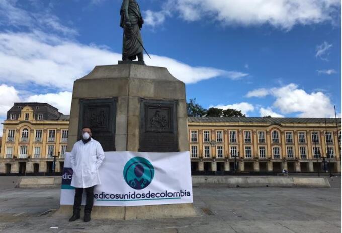 El cirujano Roberto Angulo Rodríguez protestó en la Plaza de Bolívar.