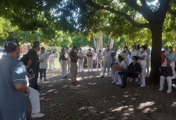 Médicos del hospital en Cese de actividades.