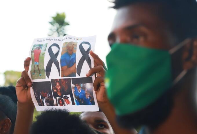 Decenas de personas salieron a las calles para marchar, pidiendo justicia por el cruel asesinato de cinco jóvenes.